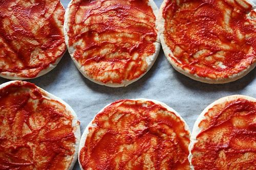 zelf pizzasaus maken